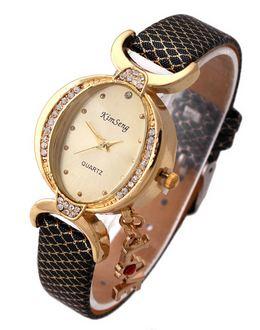 นาฬิกาข้อมือ ผู้หญิง สายหนัง สไตล์กำไล ประดับเพชร Crystal ห้อยอักษร Love ของขวัญสุดหรู สีดำ no 907049