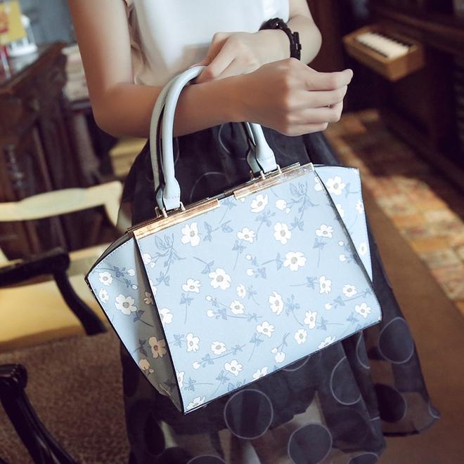 [ ลดราคา ] - กระเป๋าแฟชั่น นำเข้าสไตล์เกาหลี สีฟ้าพาสเทลพิมพ์ลายดอกไม้ สีสันโดดเด่นเก๋ๆ ดีไซน์แบรนด์ดัง ทรงตั้งอยู่ทรงได้ งานหนังคุณภาพ แบบสวยเรียบหรู ดูดีทุกโอกาสการใช้งาน สาวๆห้ามพลาด