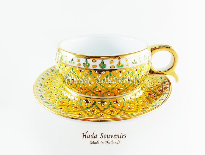 ของที่ระลึก แก้วกาแฟเบญจรงค์ หูกรรไกร ลวดลาดอกมะลิ โทนสีเหลือง ลายเนื้อนูนเคลือบผิวเงา สินค้าพร้อมส่ง (ราคาไม่รวมกล่อง)