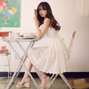 """size M""""พร้อมส่ง""""เสื้อผ้าแฟชั่นสไตล์เกาหลีราคาถูก Brand Milk Cocoa เดรสลูกไม้สีขาว สายเดี่ยวเส้นใหญ่ ซิปข้าง มีซับใน มีเข็มกลัดโบว์ไว้ติดอกให้ มีผ้าคาดเอว"""