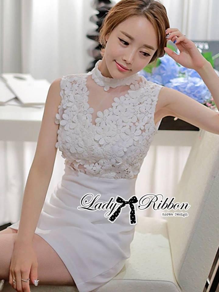 ( พร้อมส่งเสื้อผ้าเกาหลี) เดรสแขนกุดสีขาวตัดแต่งดอกไม้ช่วงอก ใครมองหาชุดปงานแต่งงานหรืองานหรู ขอแนะนำตัวนี้เลยค่ะ งานคัตติ้งดีมาก แพทเทิร์นสวยเป๊ะ ช่วงคอเป็นแบบคอสูง ด้านหน้าเป็นผ้าออร์แกนซ่าประดับดอกไม้เป็นคอวี ตัดต่อช่วงกระโปรงสีขาวเข้ารูป กระโปรงสั้น