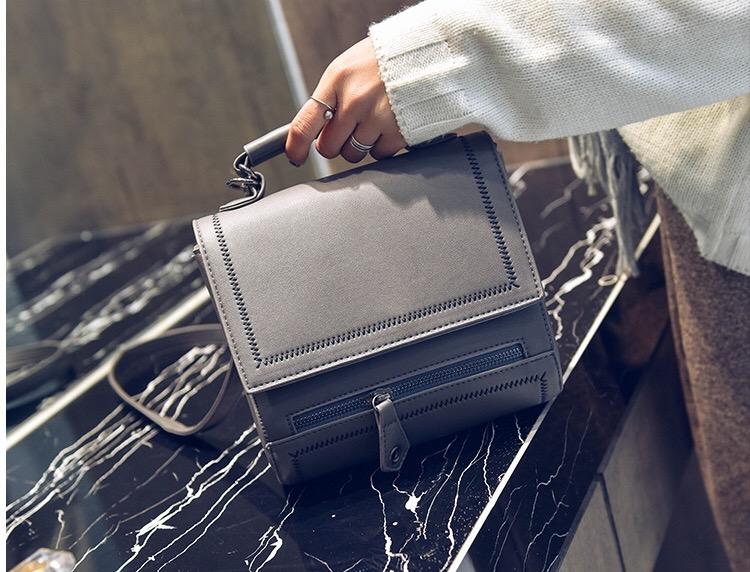กระเป๋าหนังแสควร์สีเทา