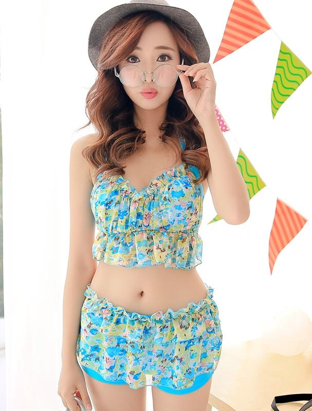 ชุดว่ายน้ำทูพีช สีฟ้า เสื้อลายดอกไม้ สายคล้องคอ แต่งระบาย กางเกงแต่งระบายเป็นชั้นๆ น่ารักมากๆ