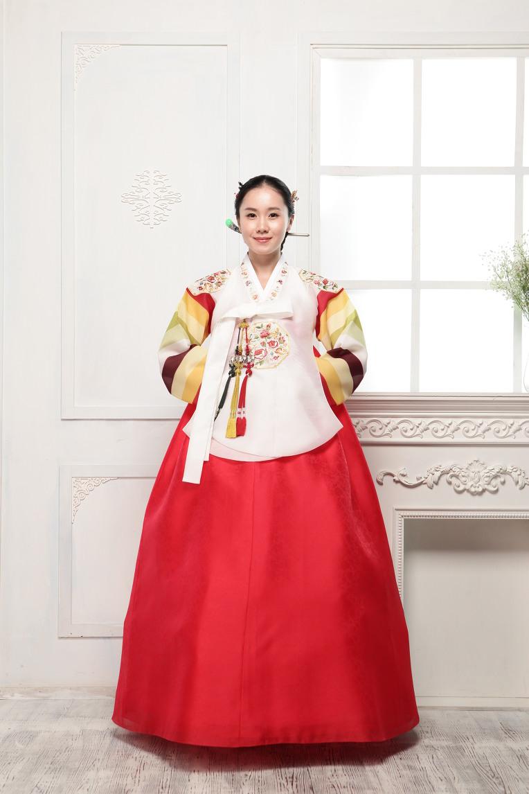 Royal Hanbok ฮันบกชาววัง ไหมเกาหลีขาว แขนสลับ งานปักดิ้นทอง
