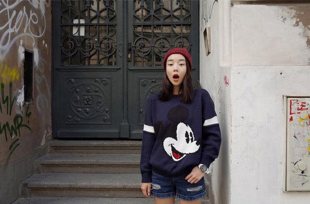 เสื้อแฟชั่นเกาหลี แขนยาวไหมพรม สีกรมท่า พิมพ์ลายมิ้กกี้เมาส์ คอกลม เอวจั๊ม