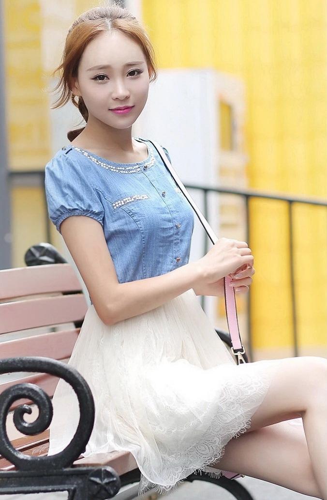 ชุดเดรสสั้นสีฟ้า แขนตุ๊กตา คอกลม คอเย็บเลื่อม กระโปรงเย็บผ้าลูกไม้ สีขาว