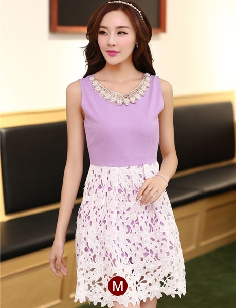 ชุดเดรสออกงานสวยๆแนวหวานสไตล์เกาหลี สีม่วง คอกลมประดับคริสตัลสวยหรู แขนกุด เอวเข้ารูป กระโปรงผ้าลูกไม้สีขาว ซับในทั้งตัว ซิปหลัง ไซส์ M