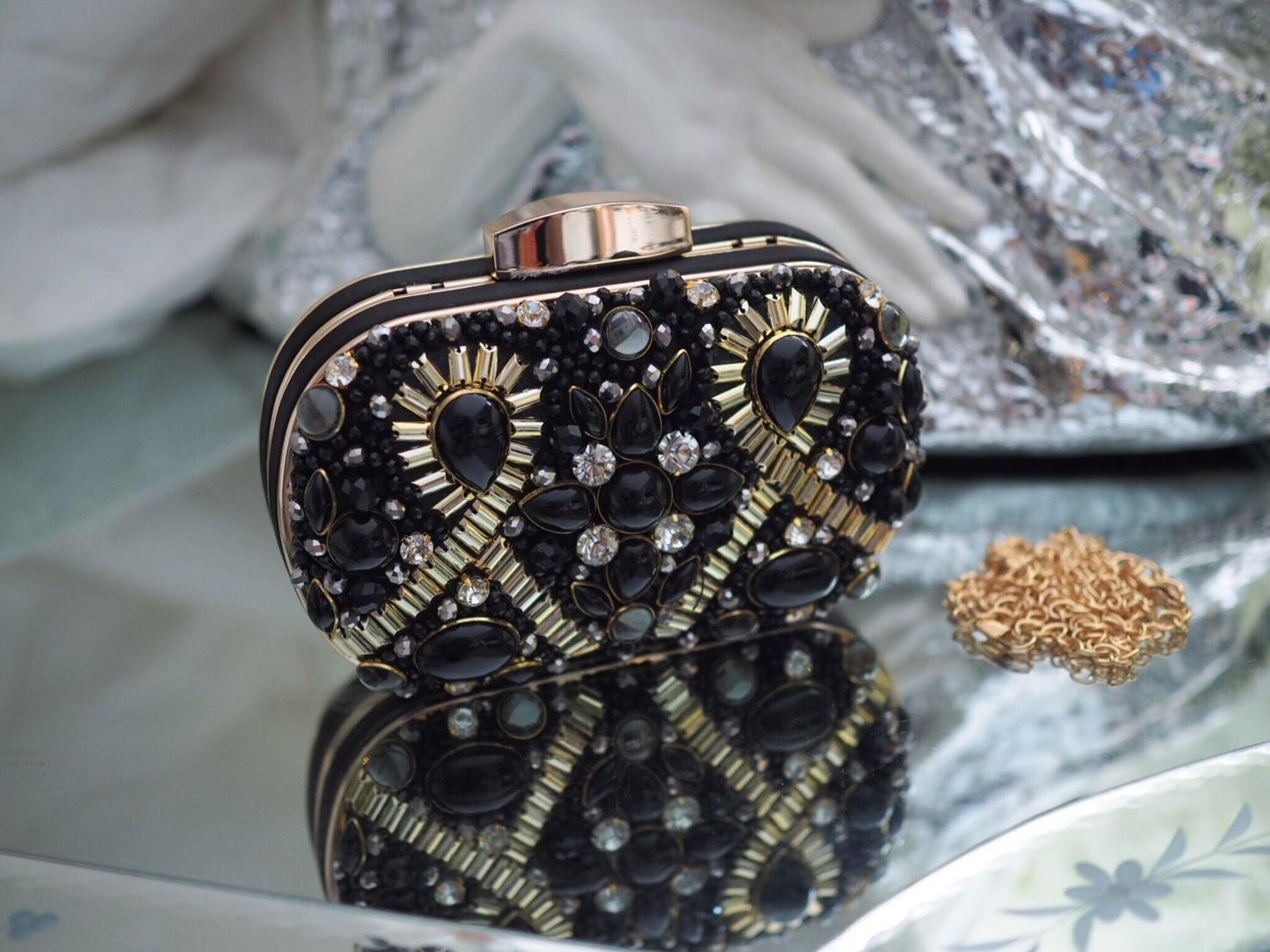 กระเป๋าคลัทช์ Magic Bag งานเกาหลี นำเข้า งานปักเลื่อม ใช้ได้หลายแบบ ถือได้เป็นคลัทช์ &สะพายข้างได้ งานปักแน่นแน่น สวยหรูดูดี ละดูแพงมาก วัสดุตัวกระเป๋าใช้โครงเหล็กเกรด A ตัวที่นำมาปักเลือมใช้หินละลูกปัดที่คัดเองทุกชิ้น มีสายสะพายโซ่ แบบยาวสะพายข้างสามารถ