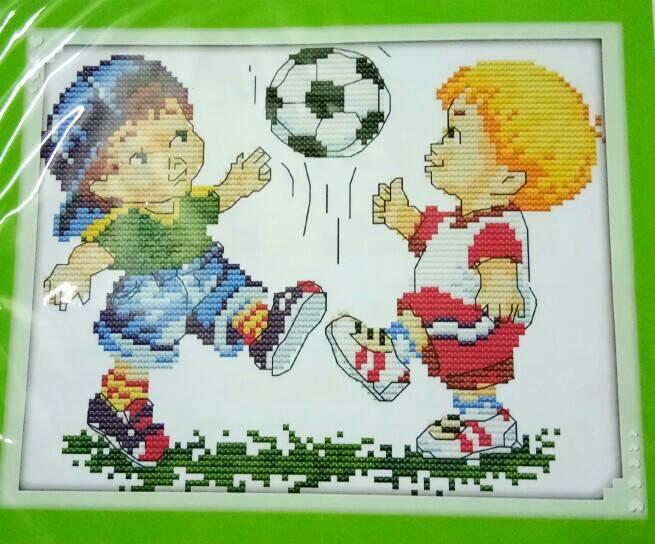 ชุดปักครอสติช ลาย เด็กเล่นฟุตบอล ขนาด 23*19 ซม.ผ้าครอสติช 14 CT ไม่พิมพ์ลายปัก ไหมคอตตอน สี+ผังลาย+เข็ม (ส่งฟรี)