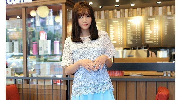 เสื้อลูกไม้สวยหรูสีฟ้า ขาว คอกลม แขนสั้น เนื้อผ้ายืดหยุ่น มีซับในอย่างดี