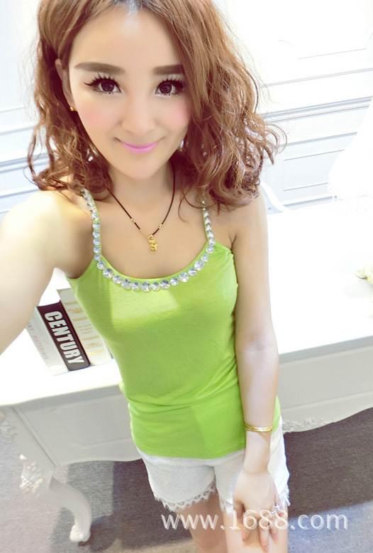 (SALE) เสื้อสายเดี่ยว สีเขียว แต่งคริสตัล หลังแต่งผีเสื้อ