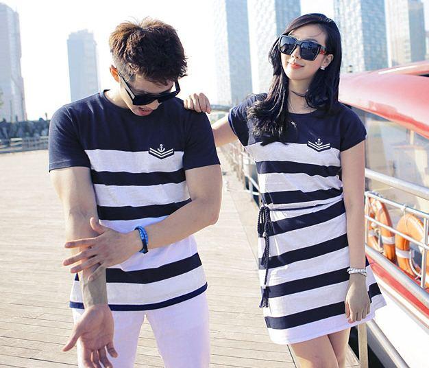 ชุดคู่รัก ชายเสื้อยืดแขนสั้น + เดรสสั้นผ้าผูกเอว ลายขวาง กะลาสีเรือสีน้ำเงิน