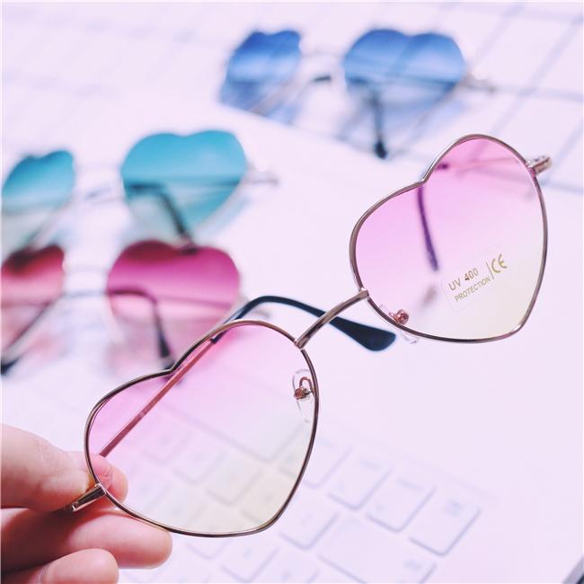 แว่นตา รูปหัวใจ ฮาราจูกุ (Harajuku) สีชมพู ไล่โทนสี กรอบสีทอง (UV400)