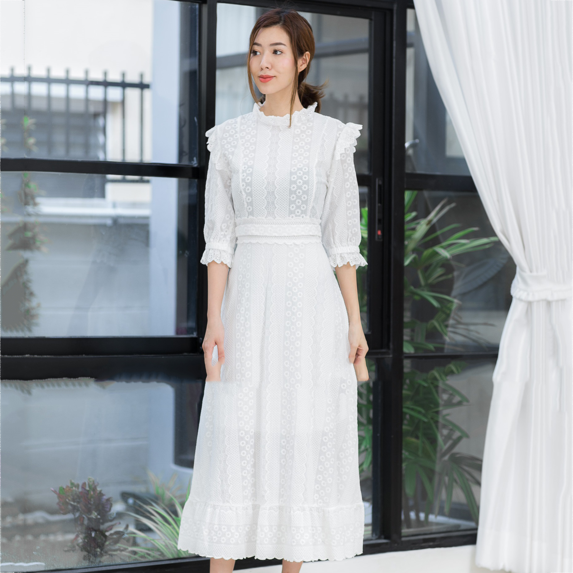 ชุดเดรสยาวสีขาวขุ่น