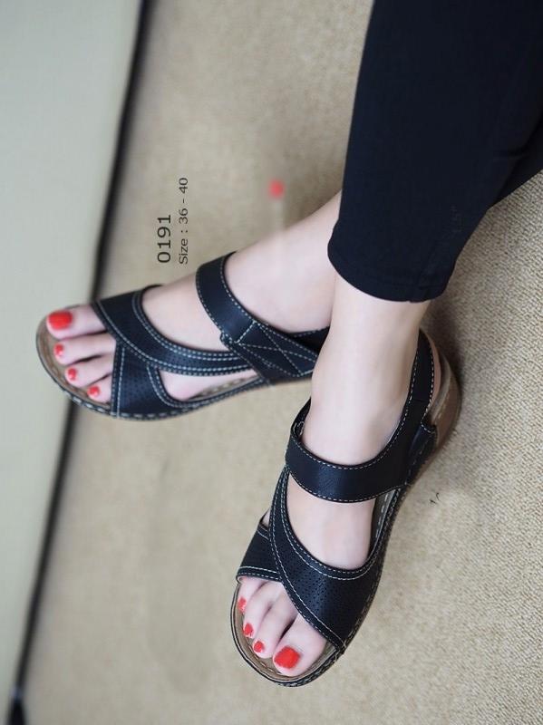 รองเท้าแตะรัดส้น หนังเจาะ เสริมส้น (สีดำ )