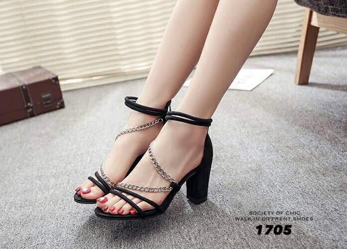 รองเท้าส้นตันรัดส้นสีดำ สายคาดหน้าแต่งโซ่ ซิปหลัง (สีดำ )