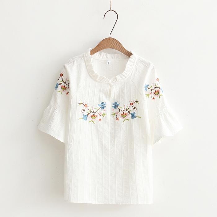 เสื้อเบลาส์สีขาวแขนสั้น ปักลาย (มีให้เลือก 3 ไซส์)