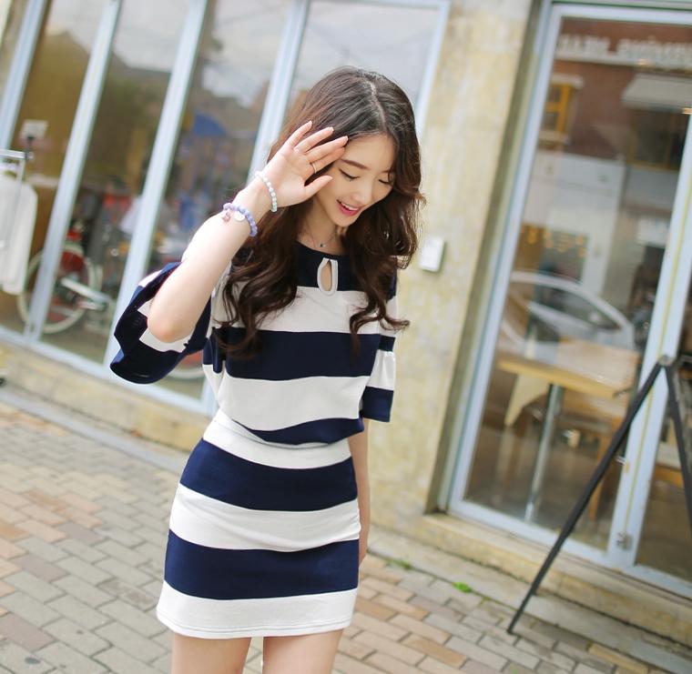 ชุดเซตเสื้อและกระโปรงลายขวางสีน้ำเงินเข้มสลับขาว