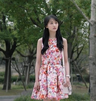 เดรสสั้นลายดอกไม้ สีชมพู แขนกุด เวยเวยเธอยิ้มโลกละลาย