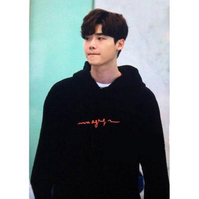 เสื้อฮู้ดแจ็คเก็ตสีดำ Lee Jong Suk พิมพ์ลายด้านหน้า