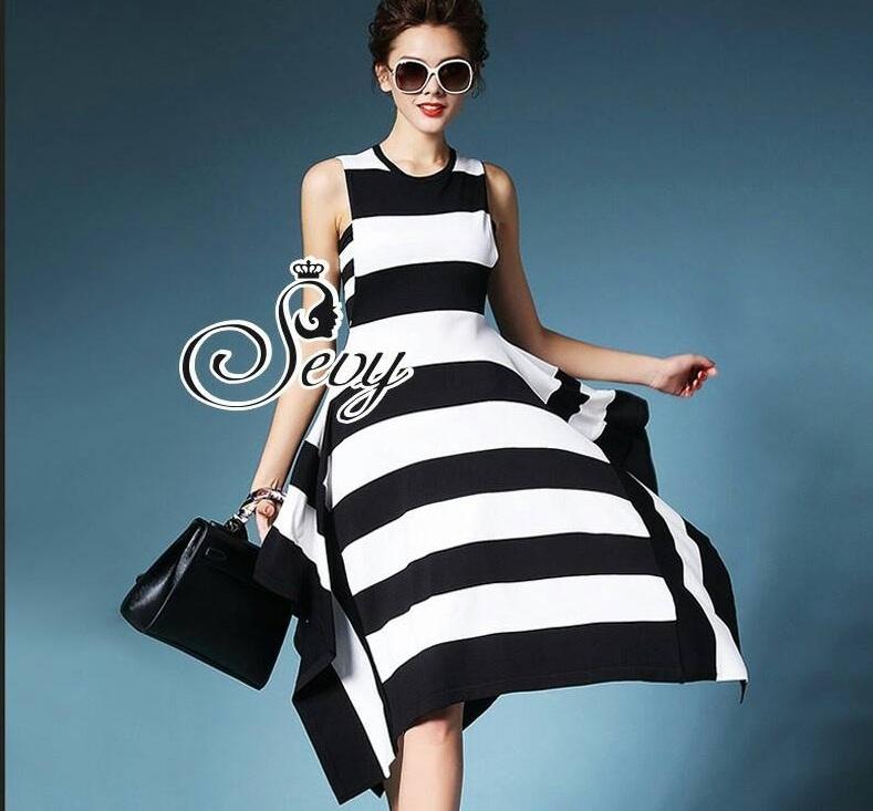 Sevy Wide Strips Layer Midi Dress Type: Midi Dress+Tube Fabric: Knit Detail: เดรสลายขวางขาวดำแขนกุ๊ด ยาวเล่ยชายเลเยอร์ สั้นยาวไล่ระดับกันอย่างสวยงาม เนื้อผ้าไหมพรมทอเนื้อแน่น ชายทิ้งพร้ิวสวย มาพร้อมเกาะอกลายเดียวกัน ใส่ขาดแล้วออกมาดูดีมีสไตล์ เก๋ไก๋เลยค่ะ