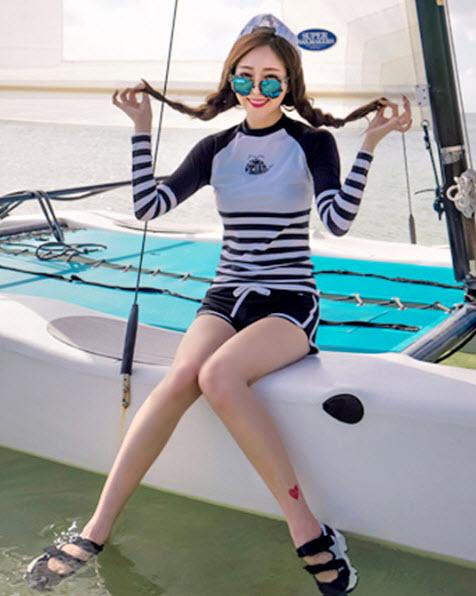 ชุดว่ายน้ำแขนยาวทูพีช เสื้อแขนยาวสีขาวแขนสีดำ พร้อมส่ง ไซส์ M L
