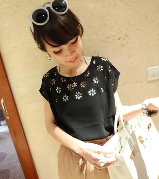 [รหัส B77402] เสื้อผ้าแฟชั่นพร้อมส่ง เสื้อแฟชั่น ผ้าชีฟอง ฉลุลายดอกไม้ แบบสวม สีดำ (ไม่รวมเสื้อตัวใน)