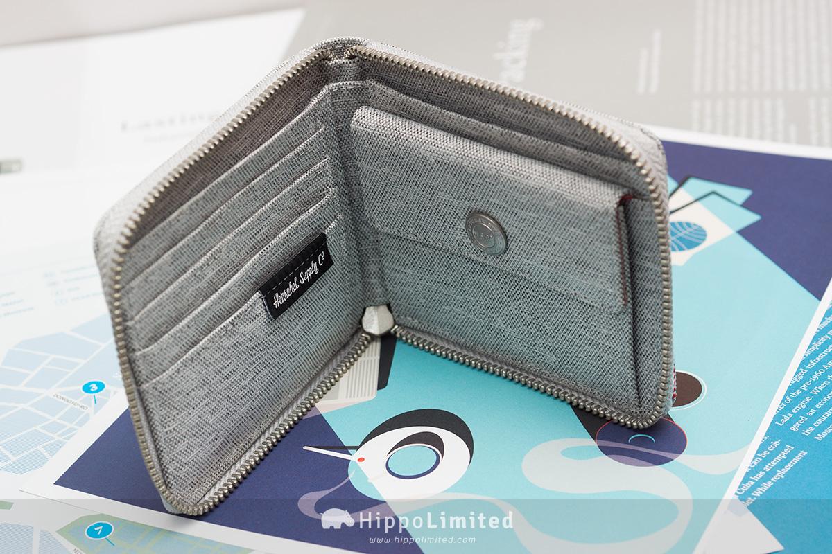 กระเป๋าสตางค์แบบซิปรอบ Herschel Walt Wallet - Light Grey Crosshatch ด้านในใส่บัตรใส่เหรียญได้
