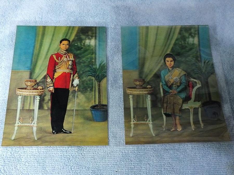 ภาพพิมพ์ 3 มิติ ในหลวง เเละ พระราชินี (เก่า) 2 ภาพ ขนาดโปสการ์ด 10.5x14.5 ซม พิมพ์ที่ญี่ปุ่น ปี 25 ต้นๆ