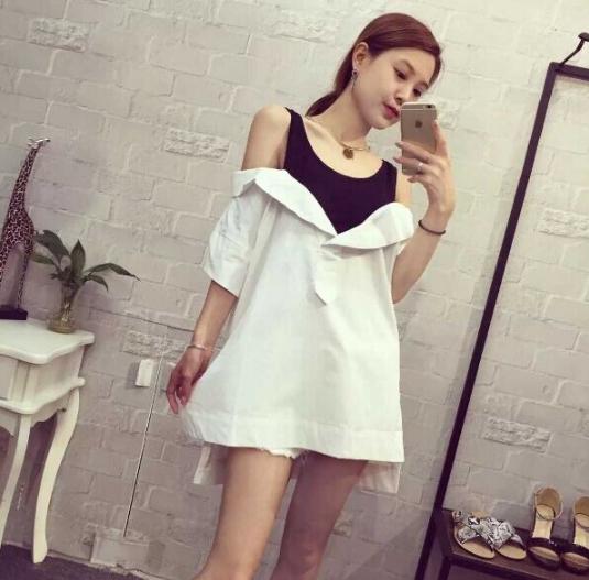 เสื้อเชิ้ตแฟชั่นเกาหลี สีขาวแต่งเสื้อกล้ามสีดำโชว์ไหล่