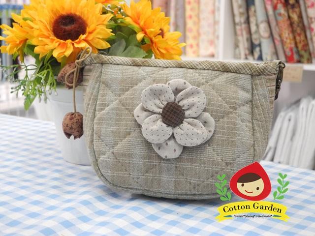กระเป๋าคล้องมือ ผ้าทอญี่ปุ่น ใส่ของจุกจิกสไตล์ คันทรี ต่อผ้า ควิลล์มือทั้งใบ ขนาดกระทัดรัด ขนาด กว้าง 17 ซม สูง 13ซม ฐานกว้าง 8.5 ซม สำเนา
