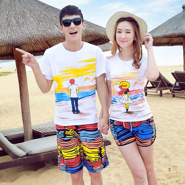 เสื้อคู่รัก ชุดคู่รักเที่ยวทะเลชาย +หญิง เสื้อยืดสีขาวลายคนยืนดูท้องฟ้า กางเกงขาสั้นลายแถบสีหลากสี +พร้อมส่ง+