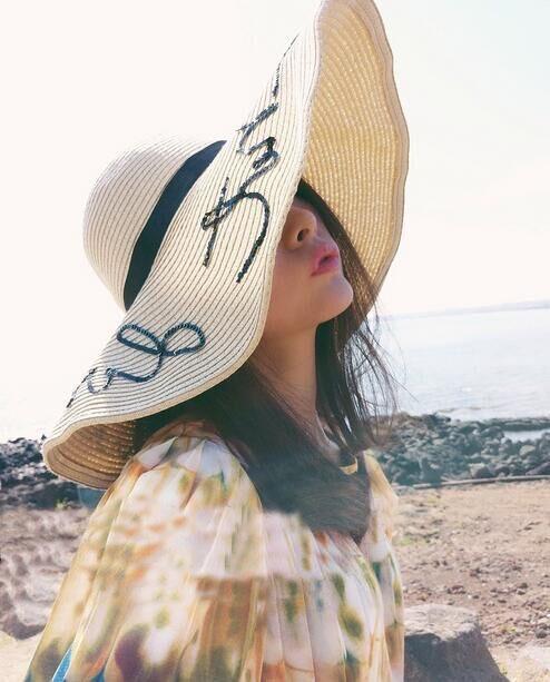 [พร้อมส่ง] H7295 หมวกสานปีกกว้าง ใบโต ปักดิ้นเลื่อมตัวอักษร ใส่เที่ยวทะเล เดินชายหาด สุดเก๋