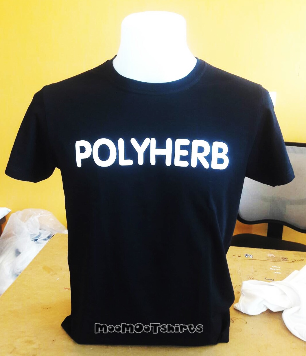 รับสกรีนเสื้อระบบดิจิตอล งานด่วนงานไว เสื้อดำสกรีนตัวอักษรสีขาว 1 ตัว