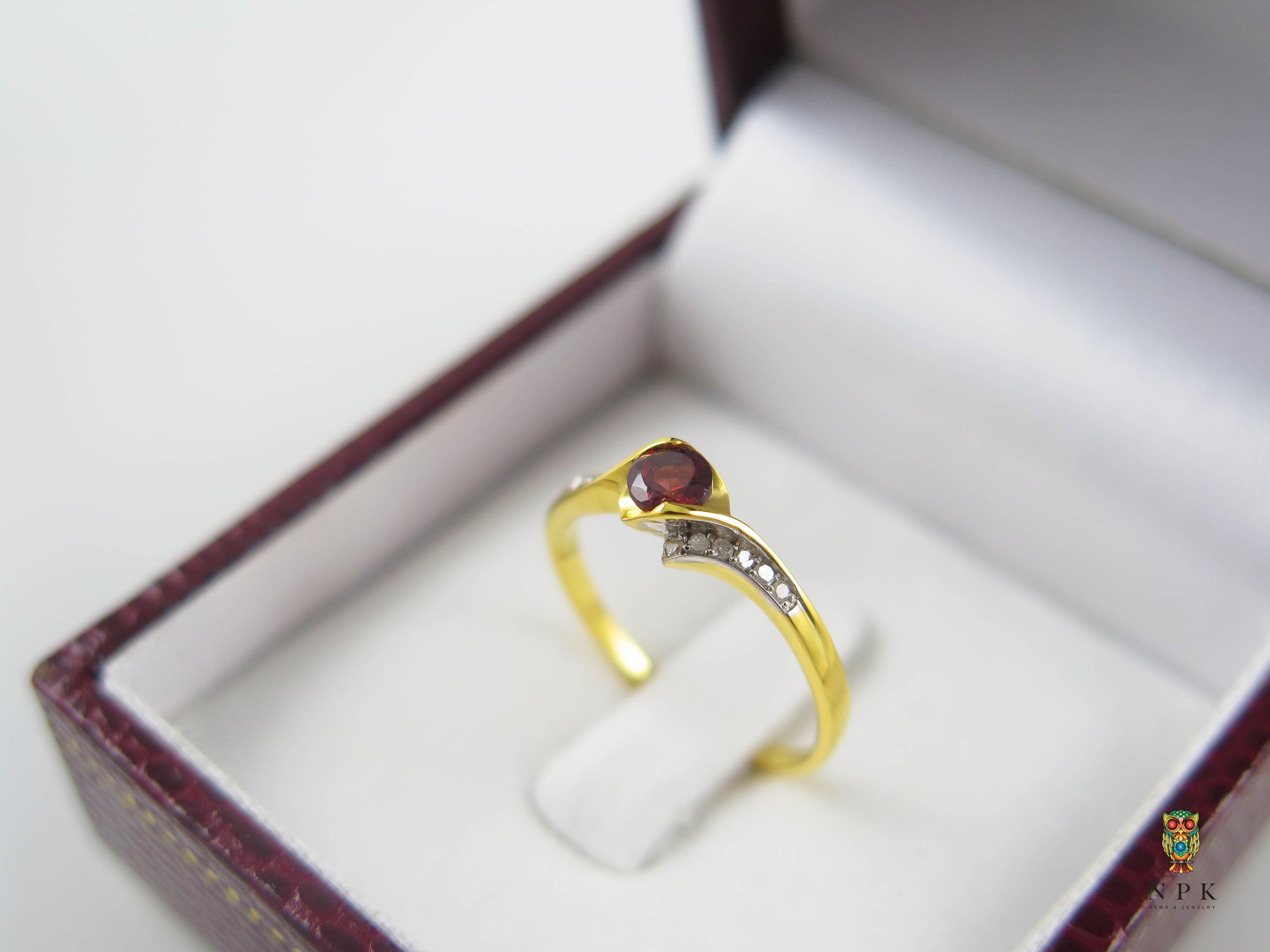 แหวนโกเมนประดับเพชร