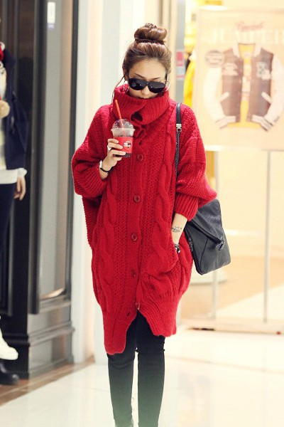เสื้อกันหนาวไหมพรม พร้อมส่ง สีแดง ตัวโคร่งๆ คอเต่าน่ารัก ถักท่อด้วยผ้าไหมพรมเนื้อแน่น ใส่แล้วอุ่นแน่นอนค่ะ งานสวยเหมือนแบบค่ะ ซับในด้วยผ้าเลื่อนๆ หน้าหนาวปีนี้ไม่ควรพลาดนะคะ