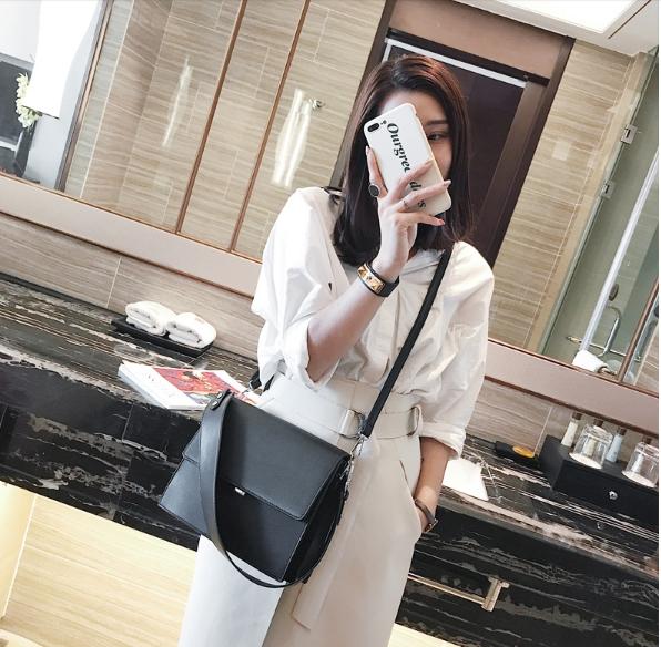 กระเป๋าสะพายข้างผู้หญิง Leather around สีดำ