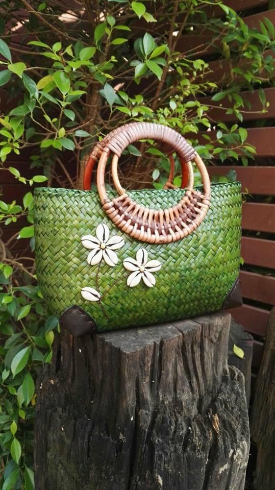 กระเป๋าถือ งานปักเบี้ย สีเขียว