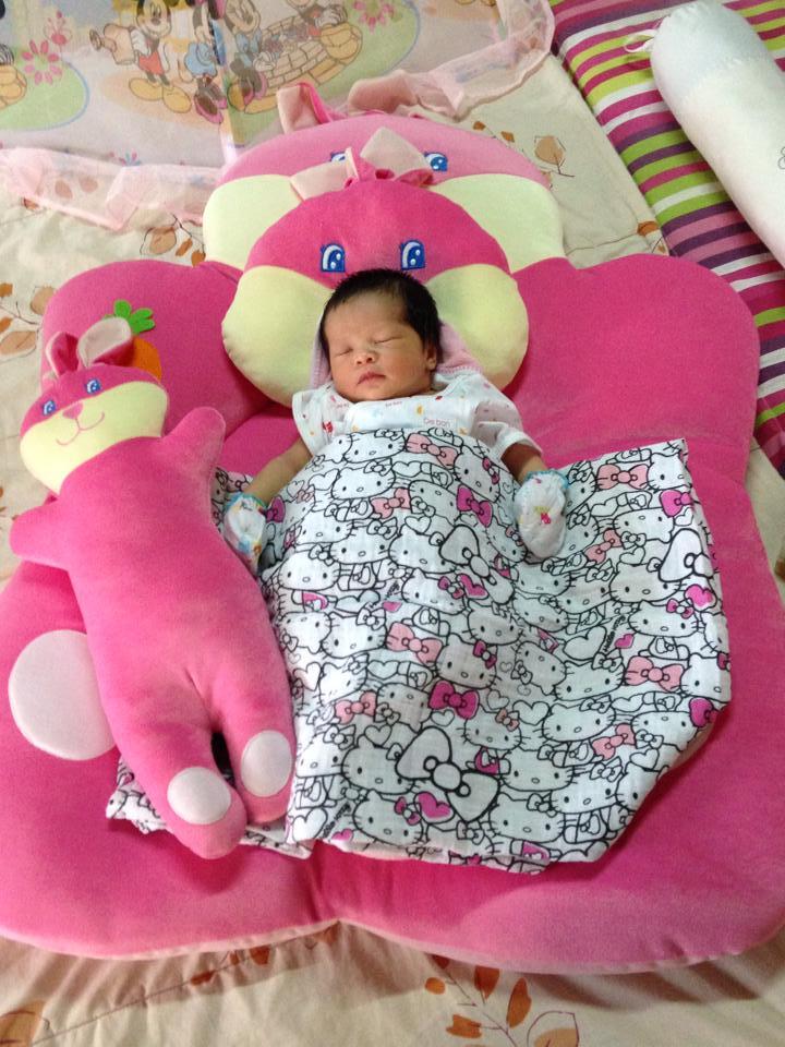 เด็กทารกแรกเกิด นอนบนเบาะที่นอนกำมะหยี รุ่นกระต่ายน้อยสีชมพู