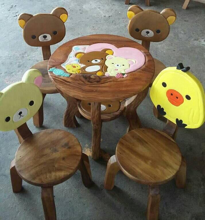 Rilakkuma รุ่นมีพนักพิง โต๊ะ ขนาด 18*20 นิ้ว จำนวน 1 ตัว เก้าอี้ ขนาด 10*10 นิ้ว จำนวน 4 ตัว ผลิตจากไม้จามจุรี รับน้ำหนักได้ถึง 70 กก.