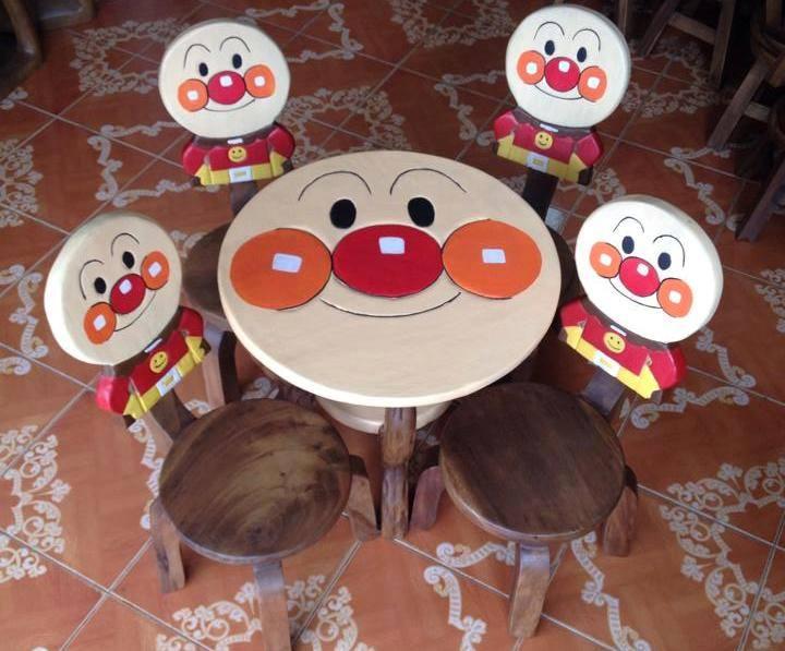 ลายอันปัง รุ่นมีพนักพิง โต๊ะ ขนาด สูง 18*กว้าง20 นิ้ว จำนวน 1 ตัว เก้าอี้ ขนาด สูง10*10 นิ้ว จำนวน 4 ตัว ผลิตจากไม้จามจุรีแท้ ไม่ใช่ไม้อัด รับน้ำหนักได้ถึง 70 กก.