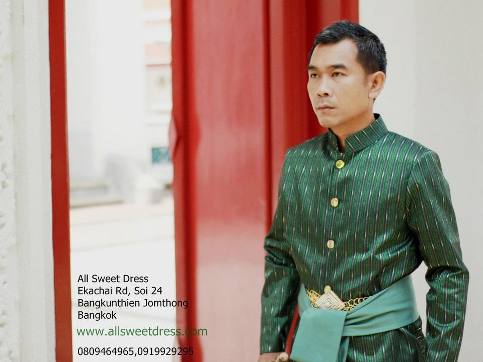ชุดท่านหมื่นเรืองสีเขียวของ allsweetdress พร้อมผ้าคาดเข็มขัดที่จัด set ให้ลงตัวสวยหรูระดับมืออาชีพกับภาพชุดไทยในบรรยากาศวัดไทยโบราณสมัยรัตนโกสินทร์