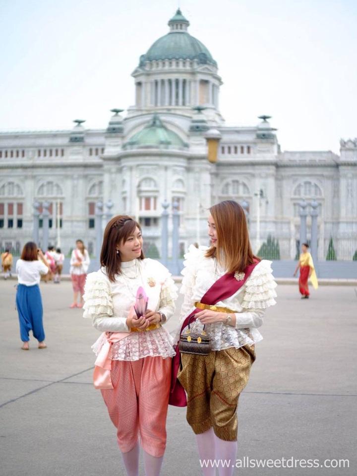 ชุดไทยเสื้อลูกไม้แขนยาว_โจงกระเบนรัชกาลที่ 5 ถ่ายรูปคู่เพื่อนกับฉากหลังพระที่นั่งสวยสดงดงาม_ที่งานอุ่นไอรักของร้านเช่าชุดไทย_allsweetdress_ฝั่งธนชกาลที่ 5 สวยหรูสุดๆ ของร้านเช่าชุดไทย allsweetdress ฝั่งธน ภาพที่ 1 ค่ะ