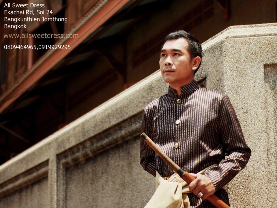 ชุดไทยผู้ชายสไตล์ท่านหมื่นบุปเพสันนิวาสสวยๆ ในโทนสีน้ำตาลลายม่วงเข้มดูแข็งแรง ดุดันแบบต้นฉบับ งานตัดเย็บดีของร้านเช่าชุด allsweetdress ฝั่งธนค่ะ