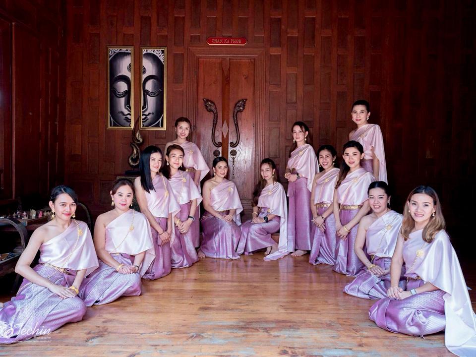 รีวิวชุดไทยสไบเรียบหรูสีชมพู เบลล่า ราณี แบบแม่หญิงการะเกดเคยใส่จากน้องกี้และเพื่อนๆ ที่มาใช้บริการเช่าชุดไทยเพื่อนเจ้าสาวค่ะ