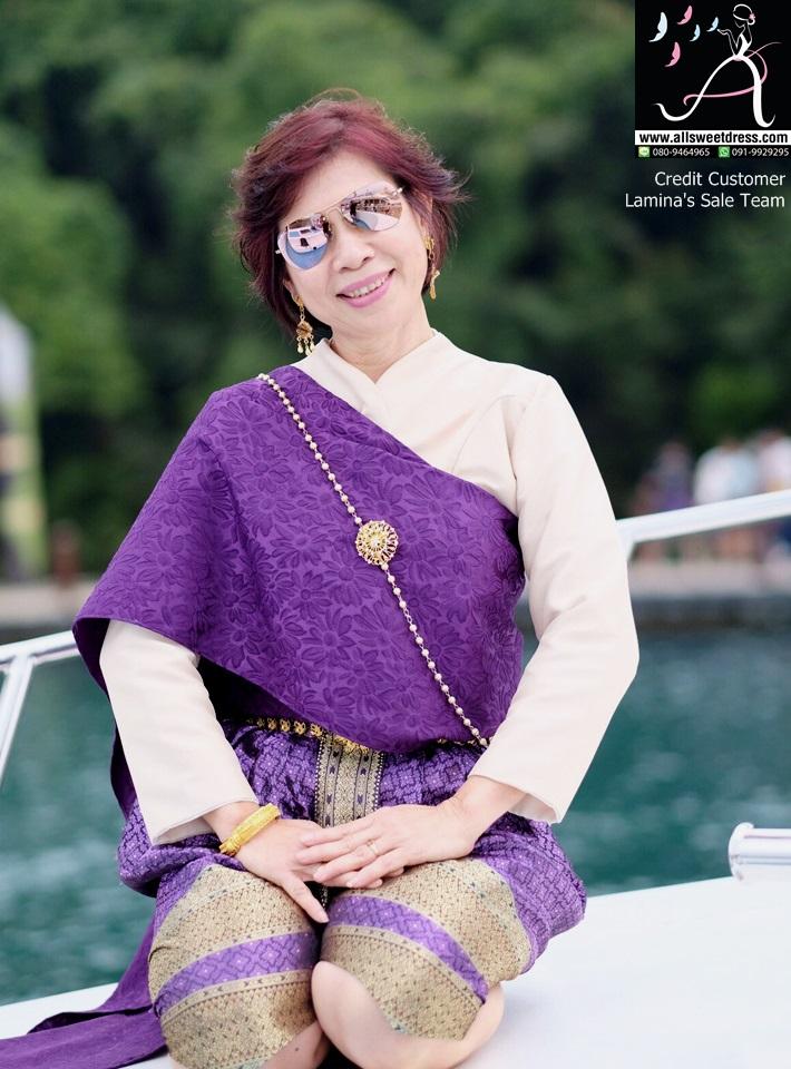 รีวิวชุดไทยสไบลายสีม่วงสวยสด เสื้อแขนกระบอก โจงกระเบนผ้าไหมสีม่วงลายไทยสวยหรูจากพี่ๆ น้องๆ ทีมเซลว์ Lamina ที่ใช้บริการเช่าชุดไทยของ allsweetdess ฝั่งธนไปใช้ที่ประเทศไต้หวันค่ะ