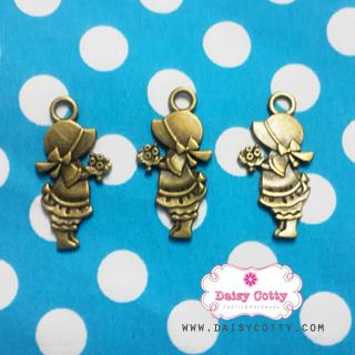 ตัวห้อยซิปทองเหลือง น้องซูถือช่อดอกไม้ ขนาด ก 1.5 x ส 3 ซม.