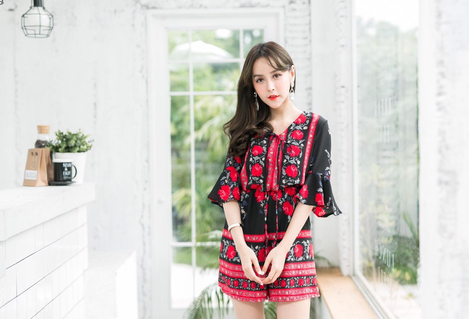เสื้อผ้าเกาหลีพร้อมส่ง จั๊มสูทพิมพ์ลายเชิง