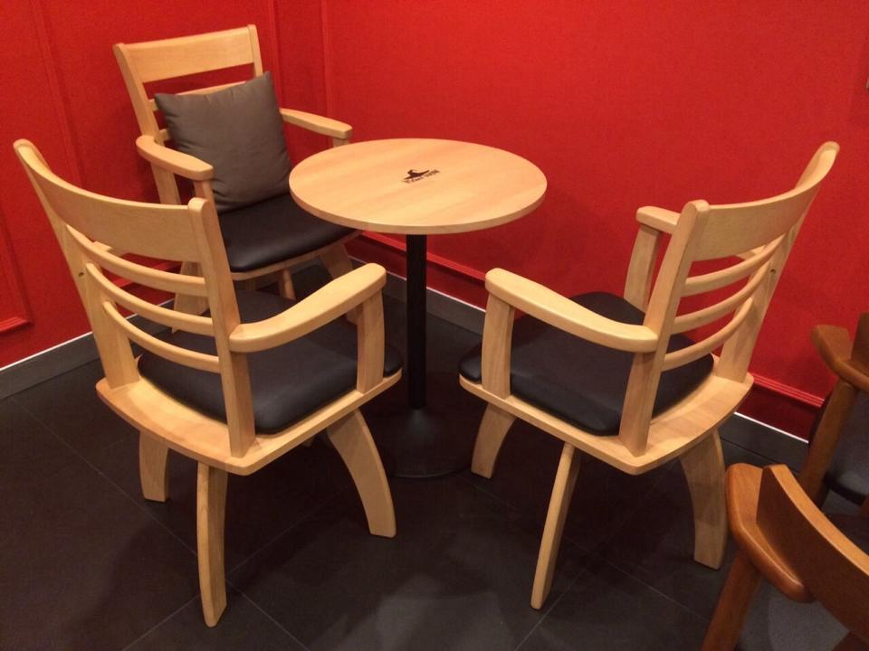โต๊ะกลมไม้จริง สีไลท์บีช สำหรับร้านกาแฟ ร้านเบเกอรี่