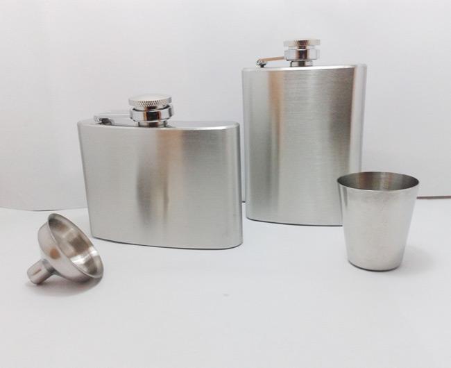 กระป๋องใส่เหล้าและเครื่องดื่ม ขนาด 4 Oz แบบเรียบไม่มีลวดลาย กระป๋อง ขวด ใส่เหล้า ใส่เครื่องดื่ม ทำจาก สแตนเลส Stainless Steel ขนาดเล็ก กะทัดรัด พกพา สะดวก - รุ่นแนวนอน ขนาดความจุ 4 ออนซ์ (120 ซีซี ) ( กว้าง : 9.5 ซม. , สูง(ถึงฝา) : 8 ซม., หนา : 2 ซม. ) ** แถม กรวยสแตนเลส 1 อัน ครับ ** - รุ่นแนวตั้ง ขนาดความจุ 4 ออนซ์ (120 ซีซี ) ( กว้าง : 7 ซม. , สูง(ถึงฝา) : 10.5 ซม., หนา : 2 ซม. ) ** แถม กรวยสแตนเลส 1 อัน ครับ **